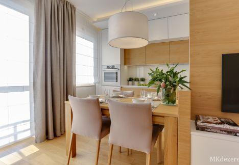 Mieszkanie w bieli i ciepłym drewnie dębowym.