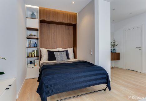 W niewielkim mieszkaniu, łóżko zostało schowane w szafie.
