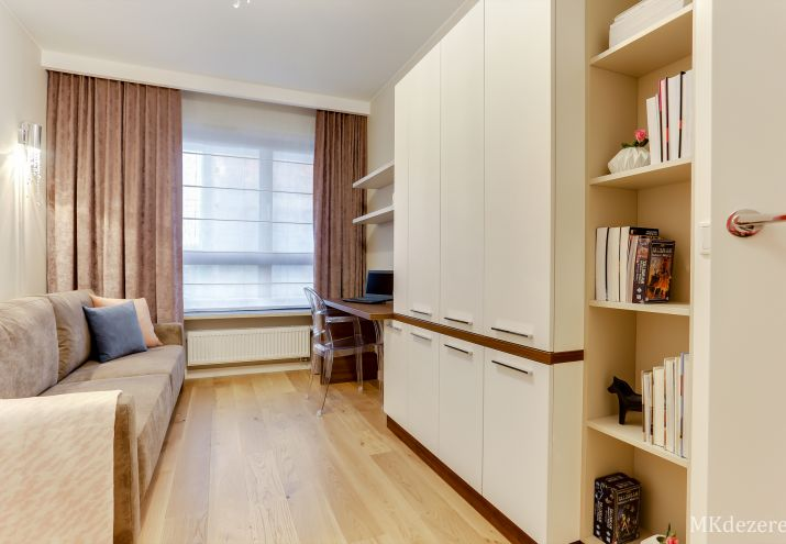 Projekt pokoju z zabudową, biurkiem i półkami. Okno przysłaniają rolety rzymskie wraz z zasłonami.
