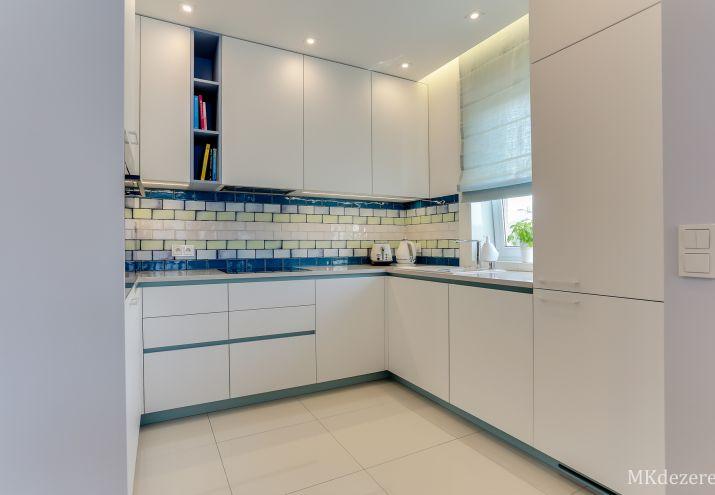 Projekt białej kuchni w stylu skandynawskim.