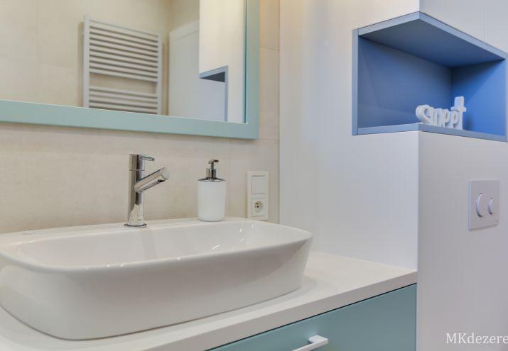 Kolor we wnętrzach - łazienka z dodatkiem błękitu i turkusu.
